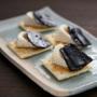 カマンベールチーズと塩昆布をクラッカーにのせて、簡単おつまみの完成